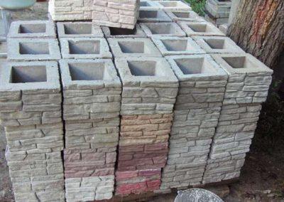 Stolby-dlya-zabora-iz-dekorativnyx-blokov