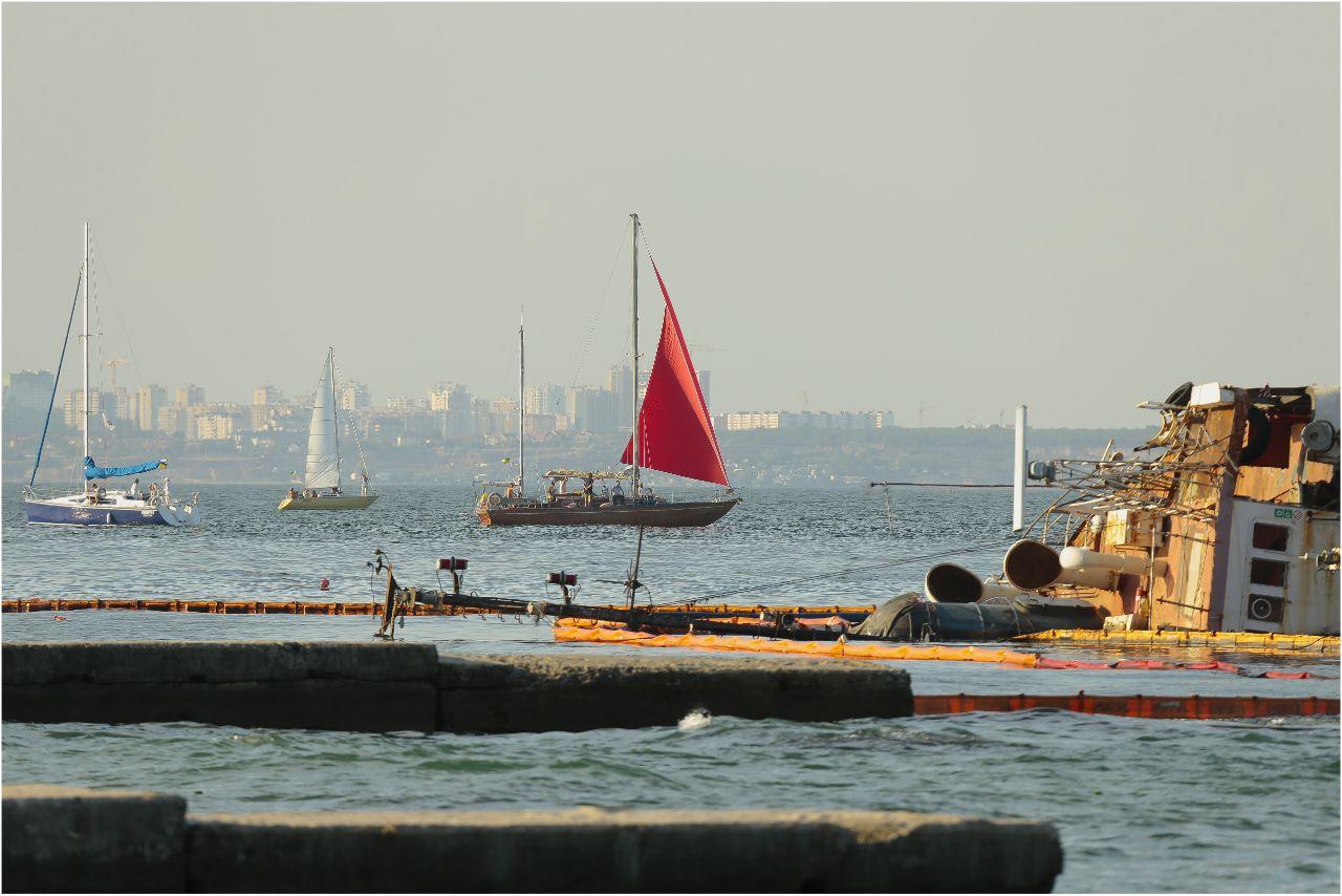 Танкер Delfi, пляж Дельфин, фото: LIGA.net