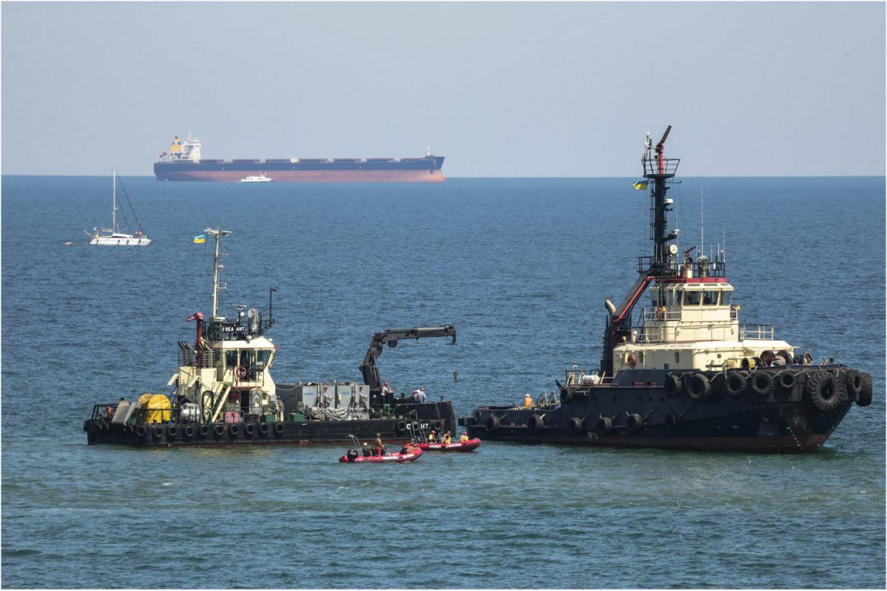 Операция по подъему танкера Delfi, фото: LIGA.net
